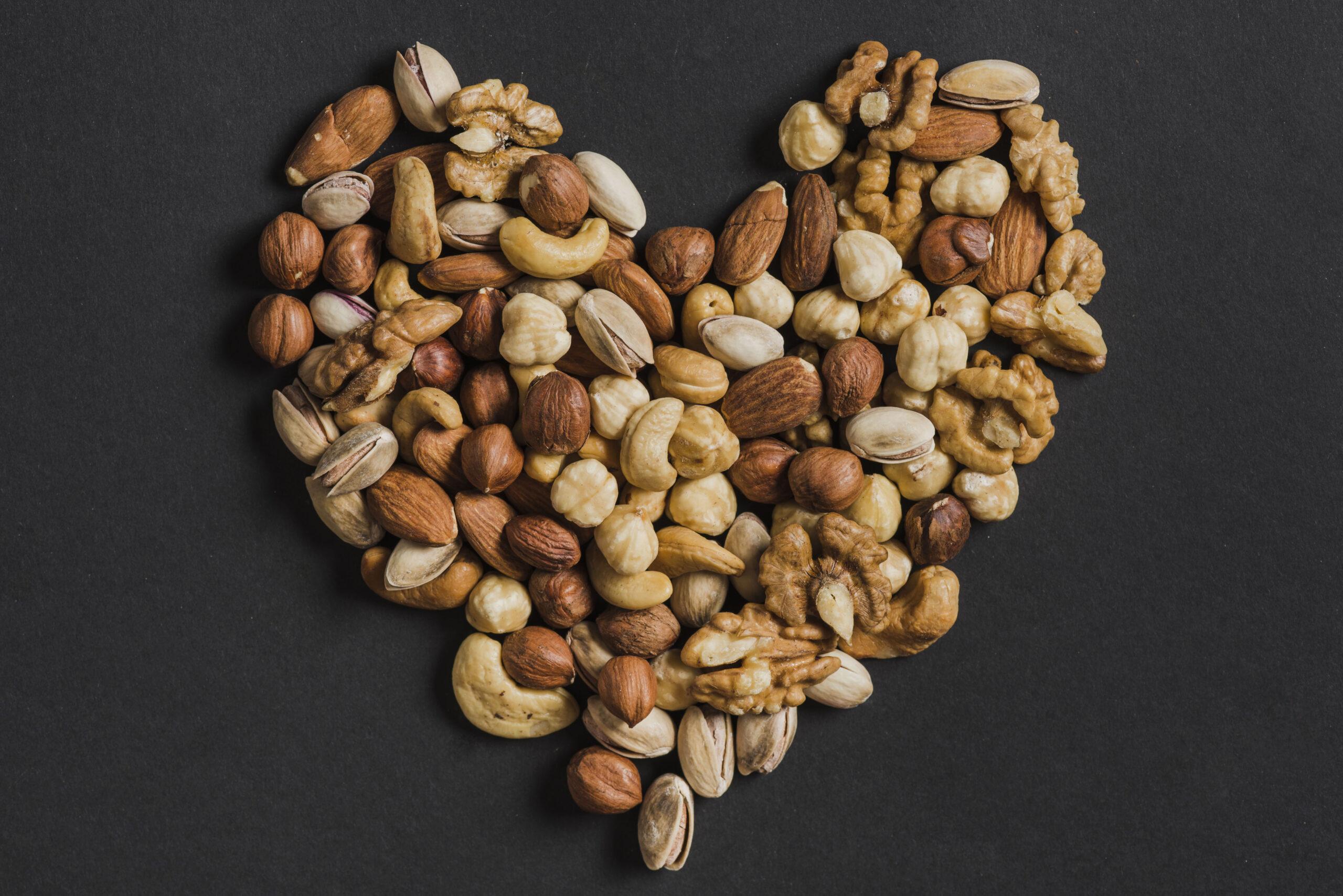 Castanhas, nozes e sementes organizadas em formato de coração