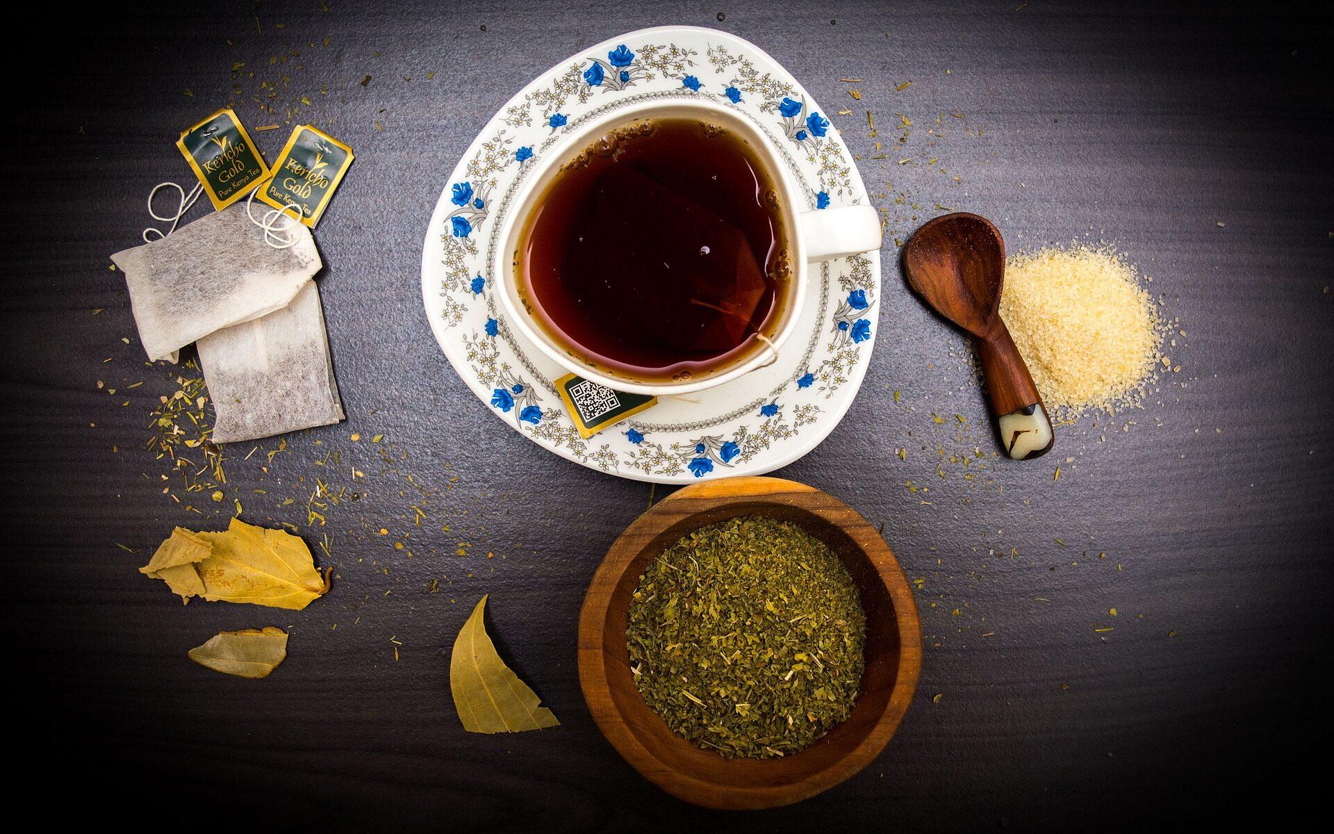Ervas e um chá pronto para beber