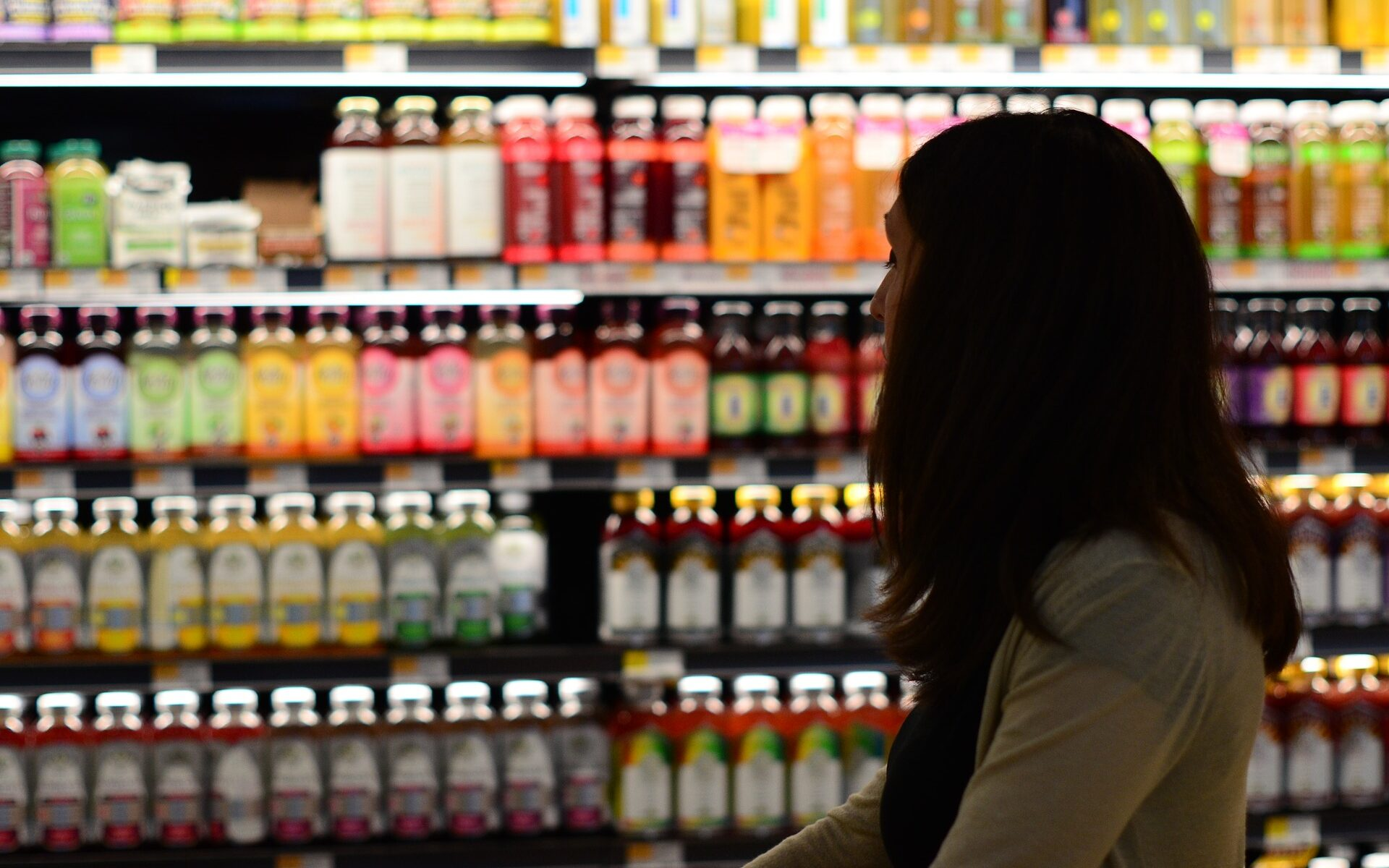 Mulher olhando prateleira de mercado