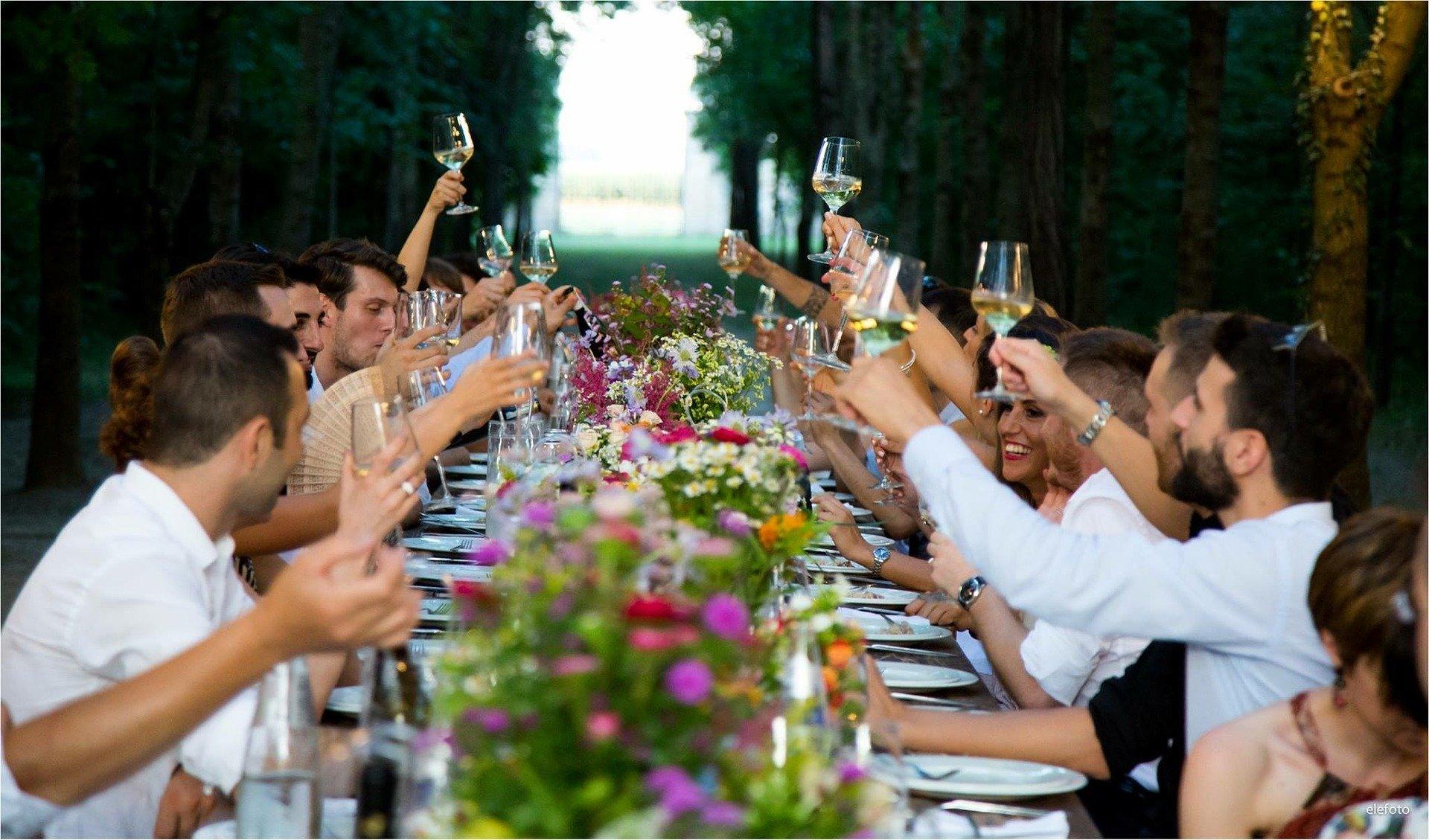 Pessoas celebrando em uma mesa
